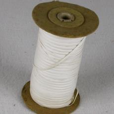 Klos met katoenen lint - Linnenfabriek Wed. J. van Nuenen & Zoon (Zeelst / Meerveldhoven), Textielmuseum (registratiefoto)
