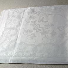 Tafellaken met golvend bloemendessin en initialen 'P.F.v.V.' ingeweven (dessinnr. 169) - Van Dijk-Manders (Waalre), P.F. van Vlissingen & Co. (Helmond), Textielmuseum (registratiefoto)