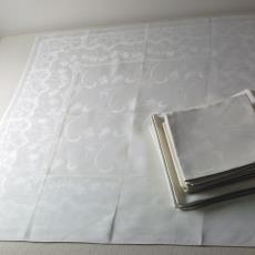 Servet met golvend bloemendessin en initialen 'P.F.v.V.' ingeweven (dessinnr. 169) - P.F. van Vlissingen & Co. (Helmond), Textielmuseum (registratiefoto), Van Dijk-Manders (Waalre), Textielmuseum (registratiefoto)