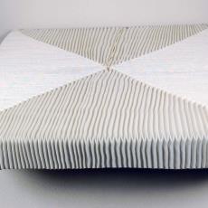 Gevouwen linnen tafelbedekking - Alet Pilon