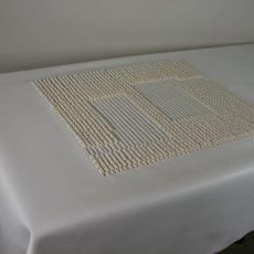 Wit skai tafelkleed met rechthoek in reliëf - Textielmuseum (registratiefoto), Textielmuseum (registratiefoto), Hil Driessen