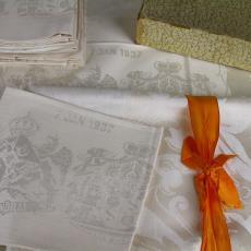 'Dinergarnituur Koningsdamast' ter gelegenheid van het huwelijk van prinses Juliana en prins Bernhard, in originele doos - Textielmuseum (Joep Vogels), Swelheims Linnen-industrie, Textielmuseum (registratiefoto), Textielmuseum (registratiefoto)