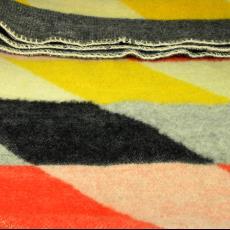 Deken met ruitmotief in geel-rood-ecru en zwart - Jan Kollau, Textielmuseum (registratiefoto), Koninklijke AaBe Wollenstoffen- en Wollendekenfabrieken (Tilburg)