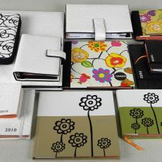 Schrijfmap, agenda, notebook en etui uit 'Roses Black' collectie - Raffi & Co, Maarten Vrolijk, Textielmuseum (registratiefoto)