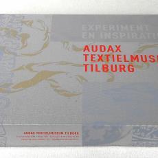 Verpakkingsdoos voor damast met opschrift 'Experiment en Inspiratie' en 'Audax Textielmuseum Tilburg' - Textielmuseum (registratiefoto), Berry van Gerwen, Pacqt